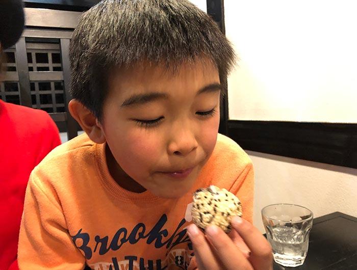 ゴマ団子を食べる息子