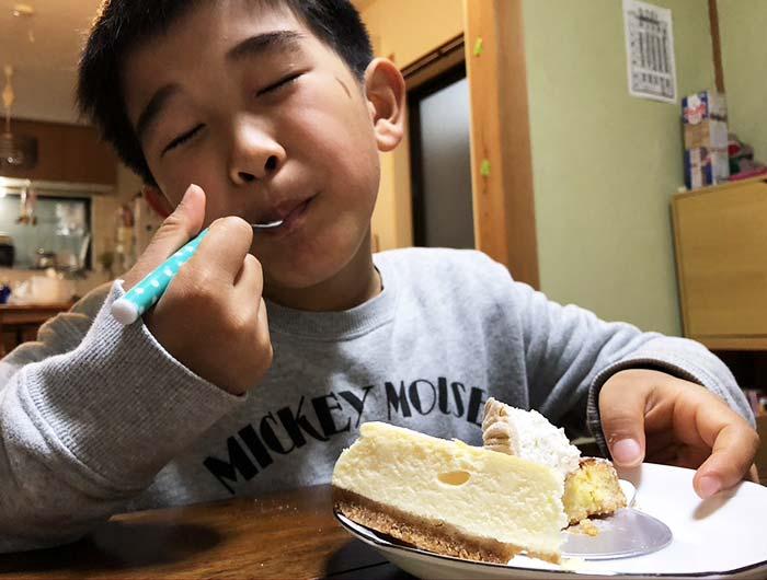 モンブランを食べる息子