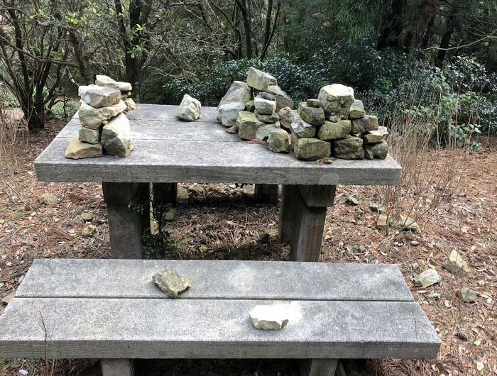 ベンチに積まれた石