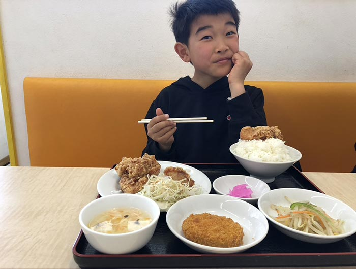 唐揚げランチを食べる息子