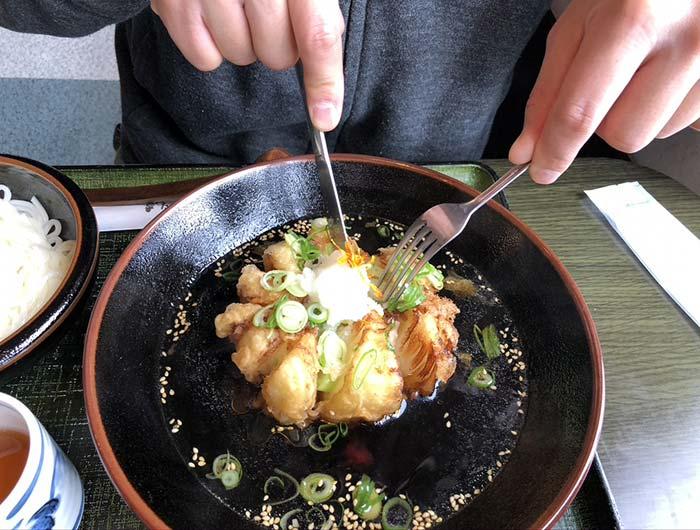 玉ねぎつけ麺華はナイフとフォークで食べる