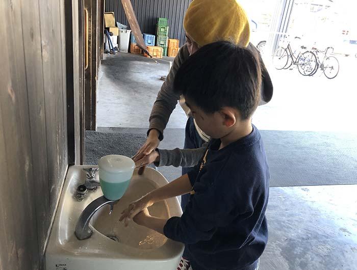 淡家の外にある手洗い場