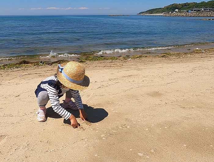 都志海水浴場で遊ぶ子供