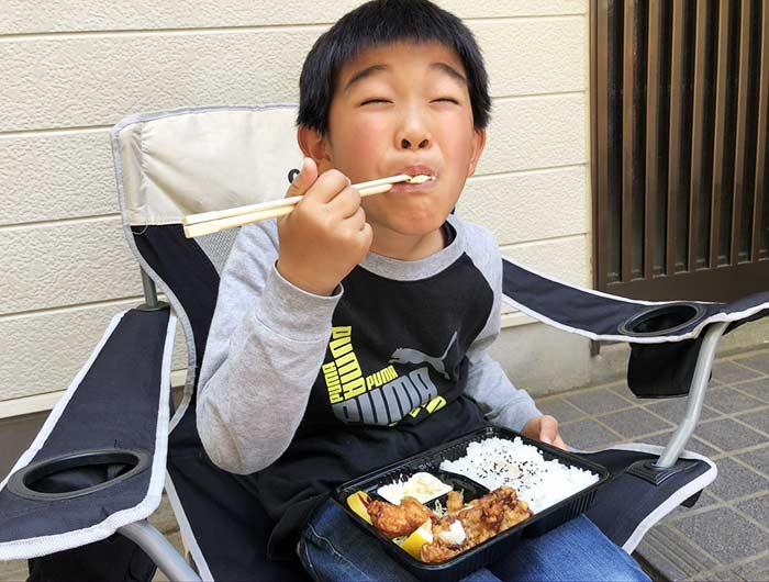 息子が唐揚げ弁当を食べる