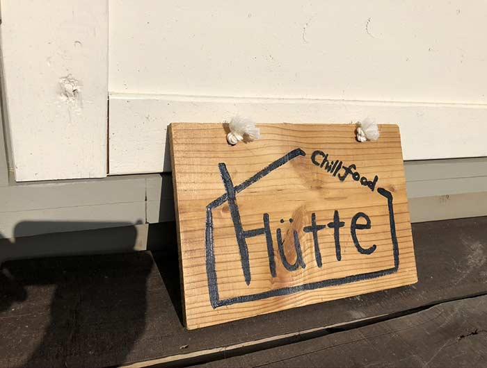 チルフードヒュッテの看板