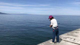 サビキ釣りをする奥さん
