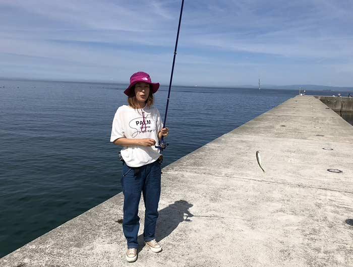 豆アジを釣る奥さん