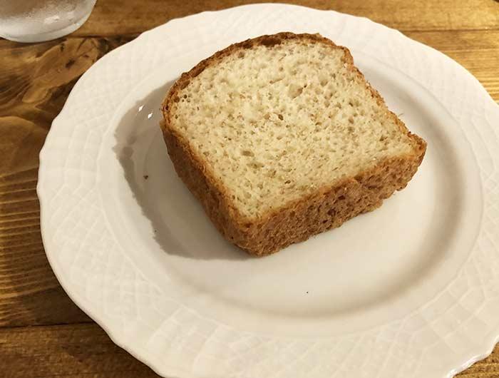 山田屋さんの全粒粉の自家製パン(100円)