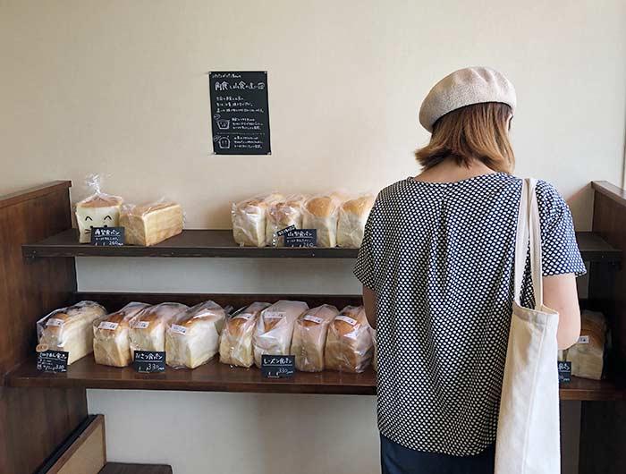 食パンを選ぶ奥さん