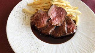 牛肉のステーキとフレンチフライ