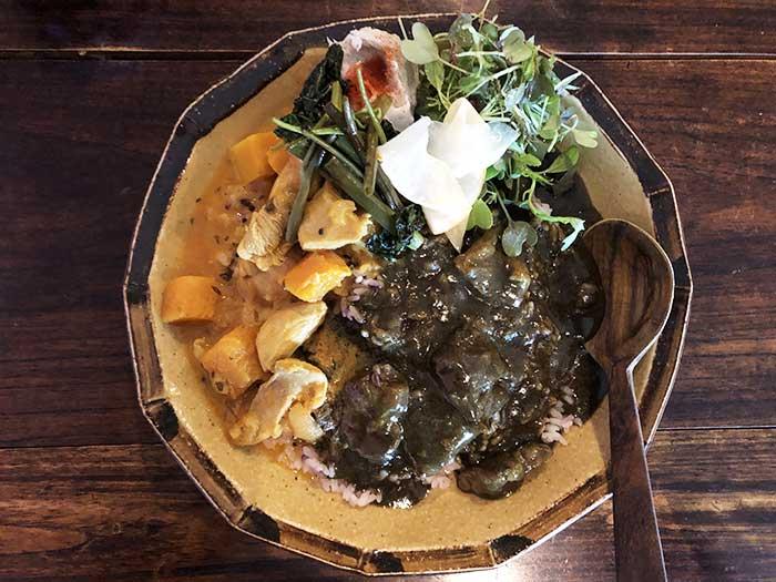 淡路椚座牛すじ肉とHAMPIFARMの玉葱の麻炭黒カレー