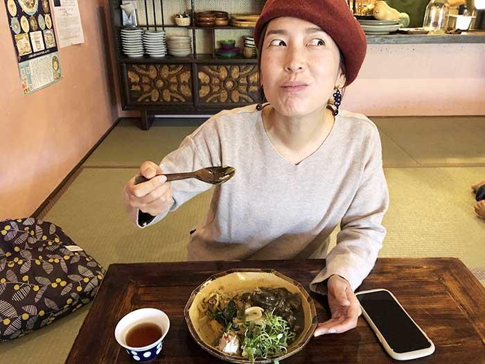 食のわのスパイスカレーを食べてニンマリの奥さん