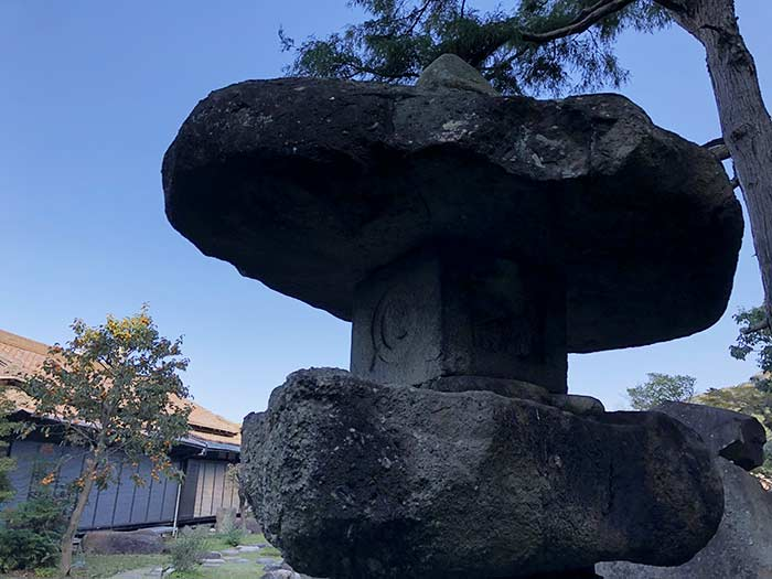旧益習館庭園(きゅうえきしゅうかんていえん)の灯籠