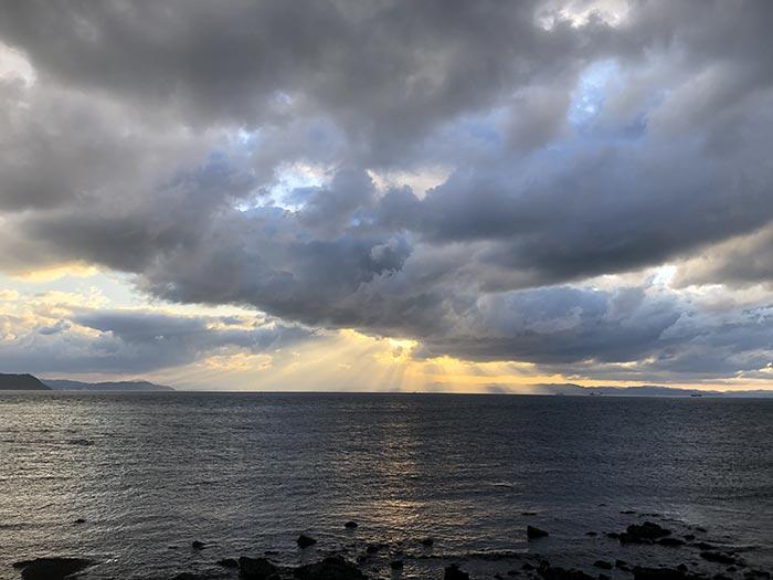 淡路島の海に天使のはしご