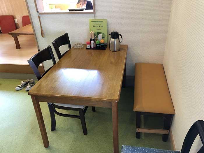 水軍の店内のテーブル席