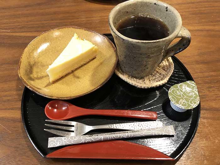 ホワイトチョコチーズケーキとコーヒー