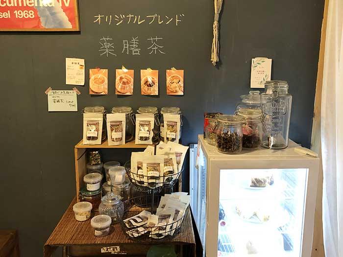 店内でオリジナルブレンドの薬膳茶を販売中