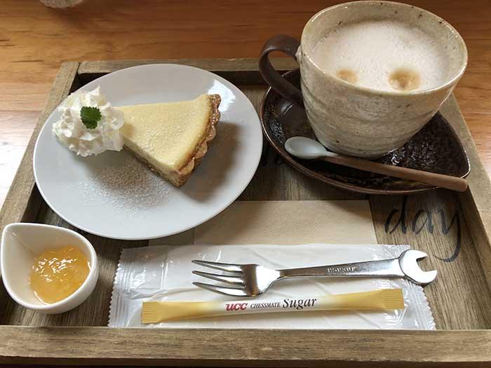チーズケーキタルトとカフェオレ