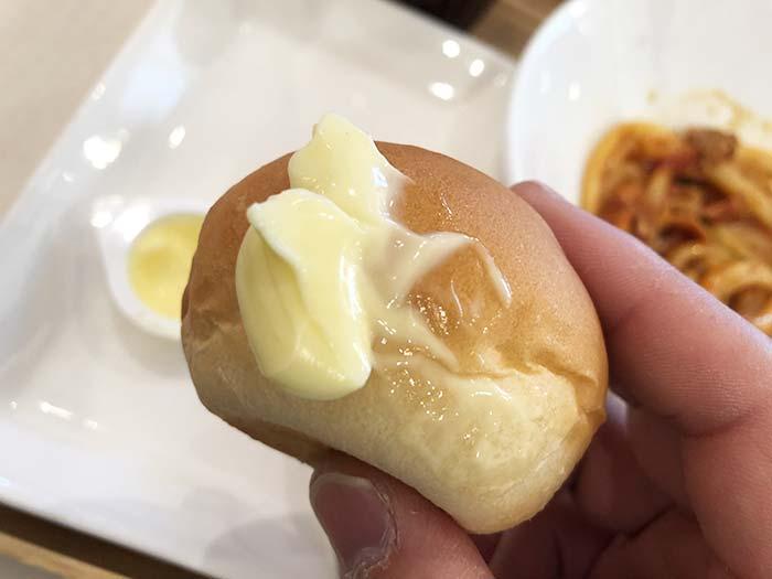 セットで付いてくるパン