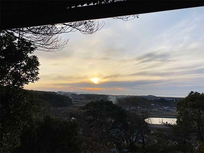 山小屋の展望台からの夕陽