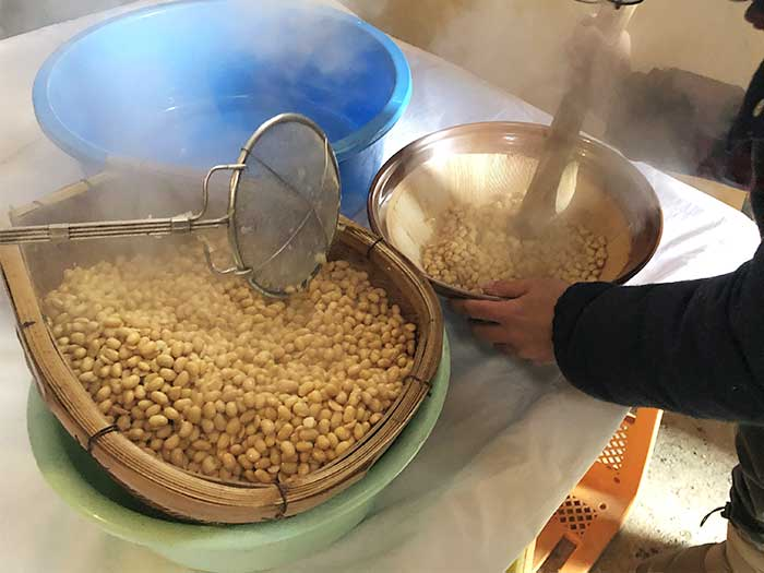 豆をすりつぶす