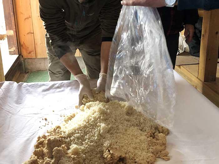 大豆にこうじを混ぜる