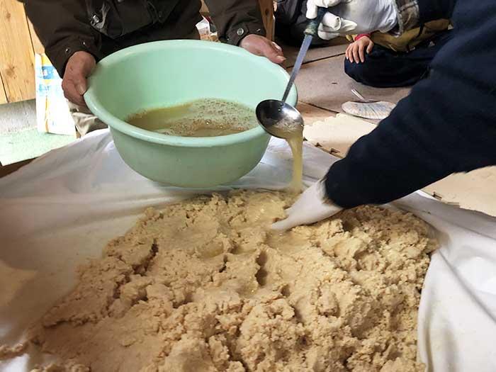 味噌煮出汁をかける