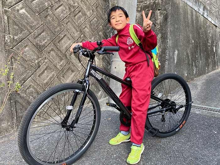 マウンテンバイクに乗る息子