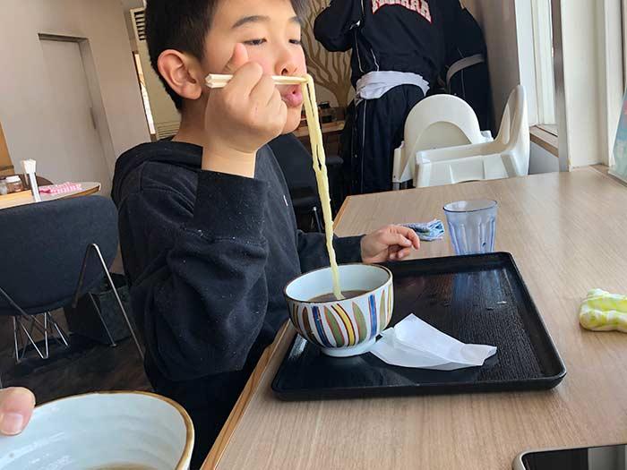 息子がうどんを食べている