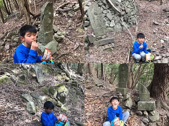 丁石の前でJagabee(じゃがビー)を食べる息子