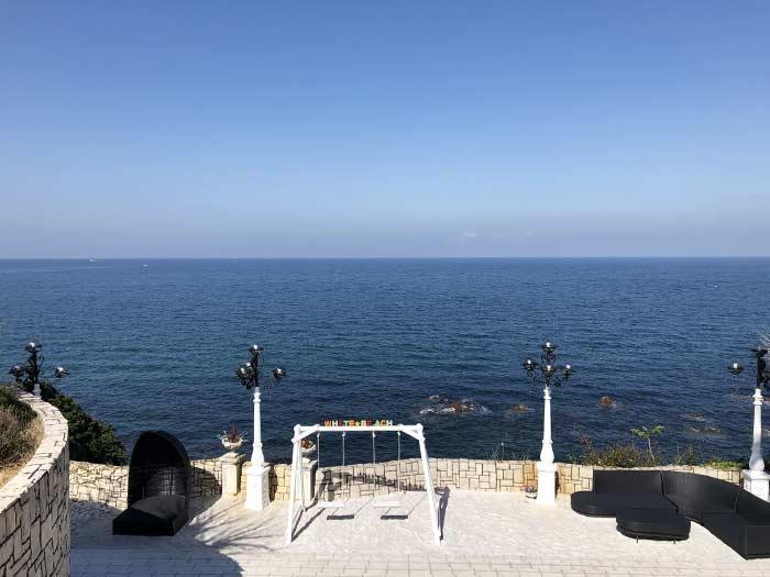 ベーカリーカフェ ミサキの入口から見る海