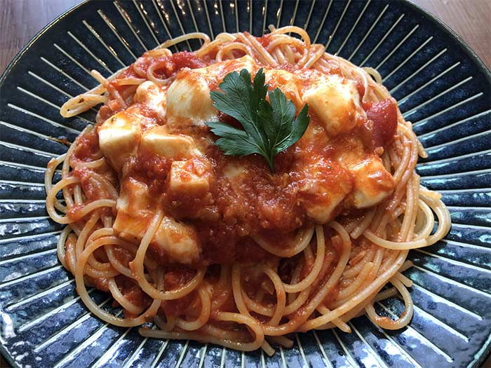 モッツァレラチーズのトマトソースパスタ