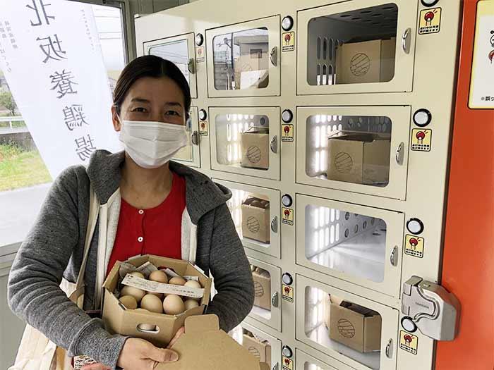 北坂養鶏場の自動販売機で卵を購入