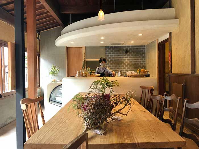 farm studioファームスタジオ テーブルと燕の店内の様子