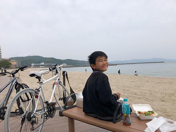 お弁当を海で食べる