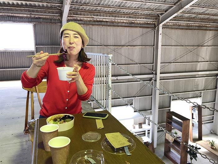 デラックス発酵食弁当を食べる奥さん