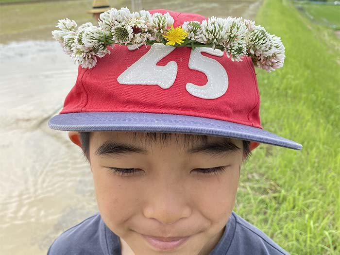 花冠をつける息子