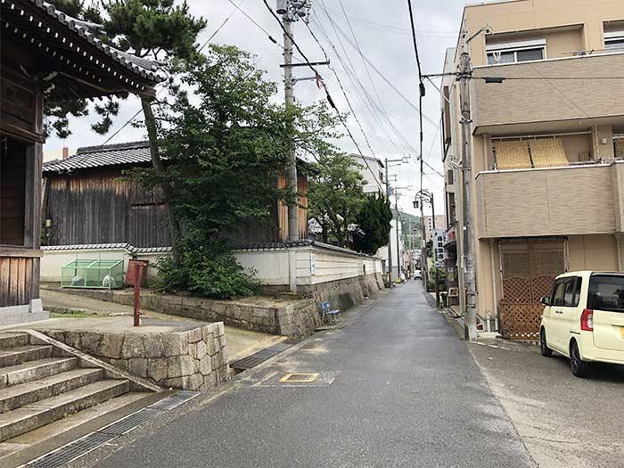 室津八幡神社の前の道
