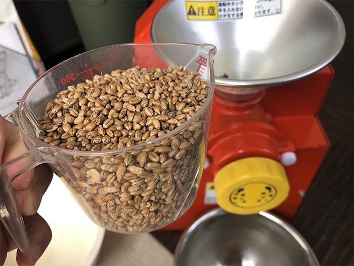 小麦粉を入れる