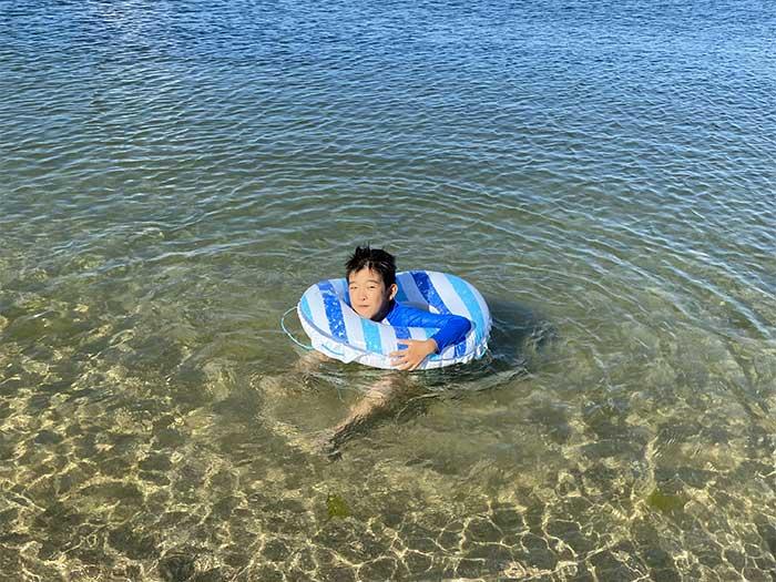 息子が海で遊んでいる