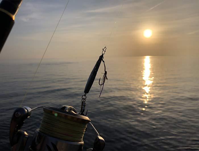 朝まづめの海