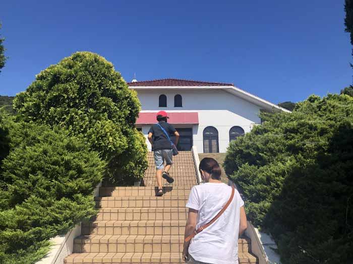 階段を登る息子