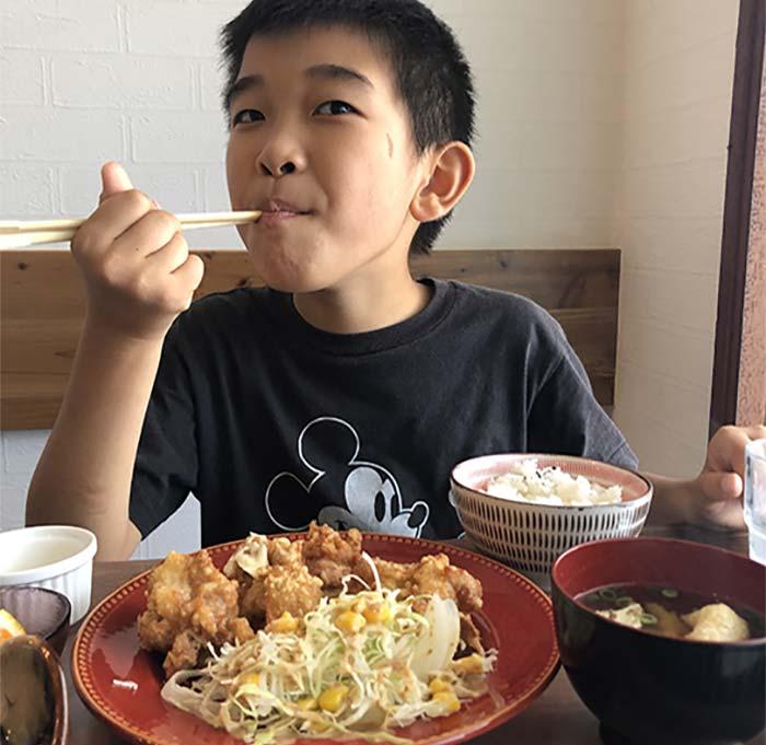 唐揚げ定食を食べる息子